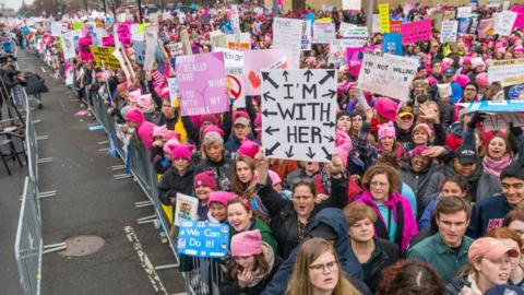 Menschen protestieren auf dem Women's March on Washington 2019